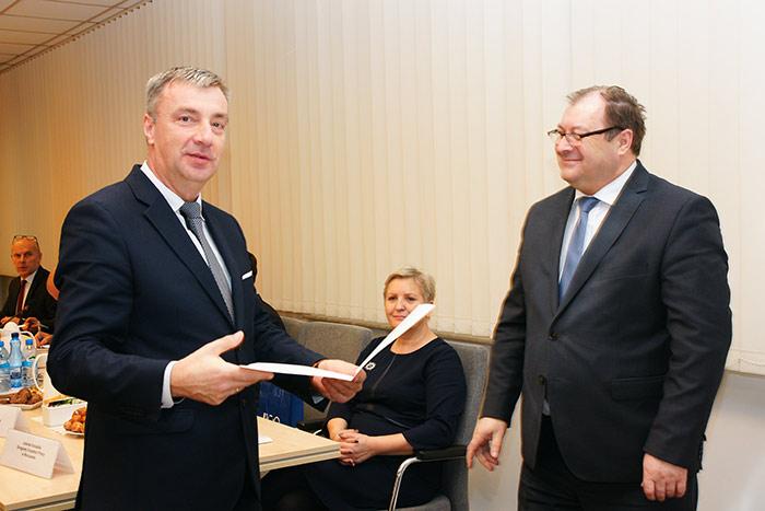 Jerzy Bednarz odbiera powołanie w skład Komisji od Wiesława Łyszczka