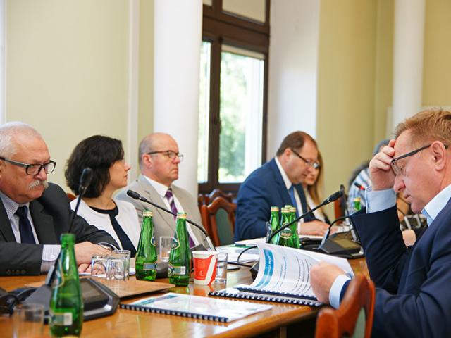 Wiesław Łyszczek , gówny inspektor pracy informuje o kontrolach dotyczących wypłacania minimalnej stawki godzinowej